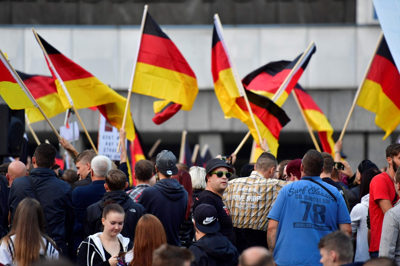 Manifestazione neonazi a Chemnitz; sotto Hans-Georg Maassen