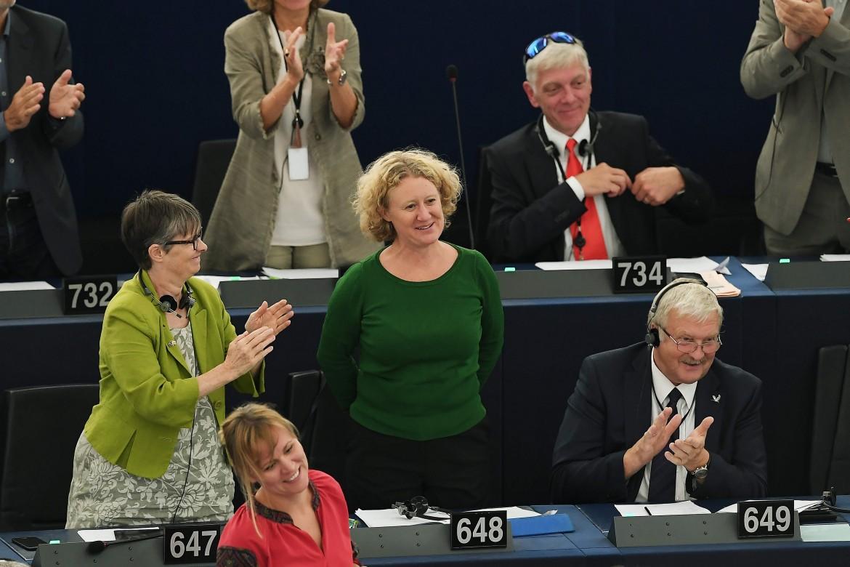 Judith Sargentini riceve l'applauso dell'aula, sotto Viktor Orbán a Strasburgo e Jean Claude-Juncker