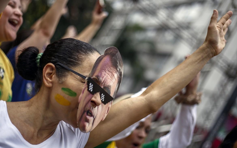 Una sostenitrice di Jair Bolsonaro, il candidato di estrema destra ferito durante un comizio lo scorso 6 settembre