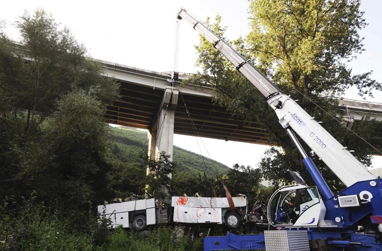 Il recupero del pullman che il 28 luglio del 2013 precipitò dal viadotto Acqualonga dell'A16 a Monteforte Irpino (Avellino)