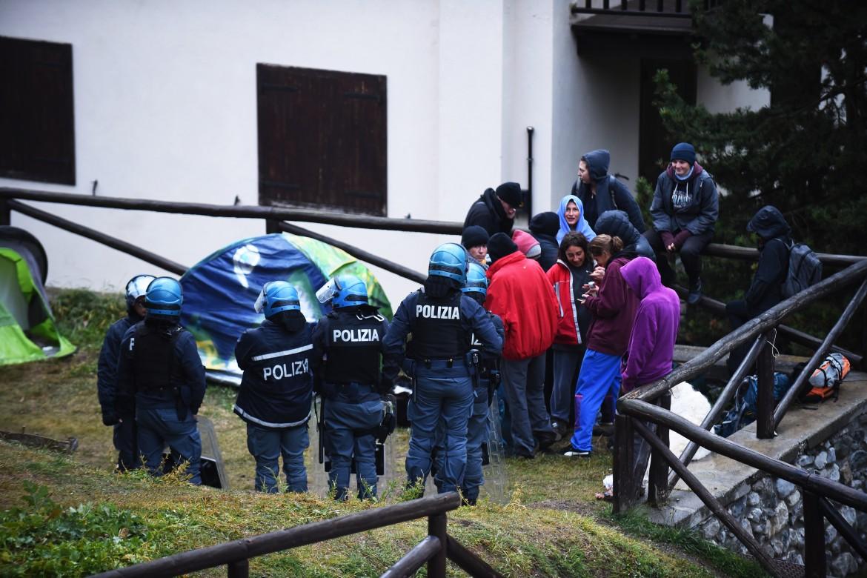 L'irruzione di carabinieri e polizia nel sottoscala della parrocchia di Claviere