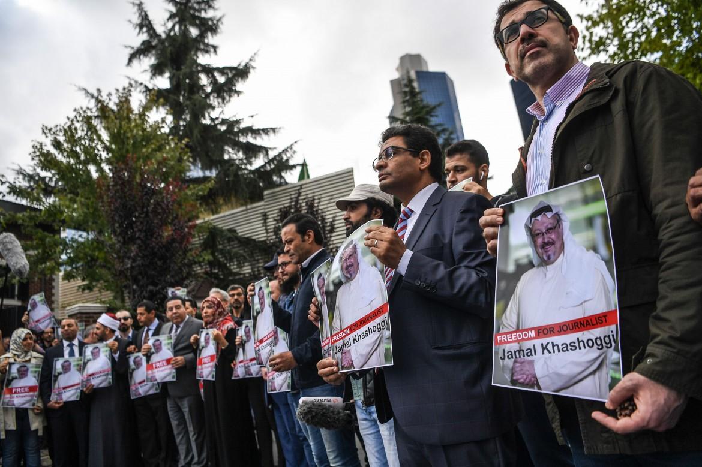 La protesta al consolato saudita di Istanbul per la sparizione del giornalista Khashoggi