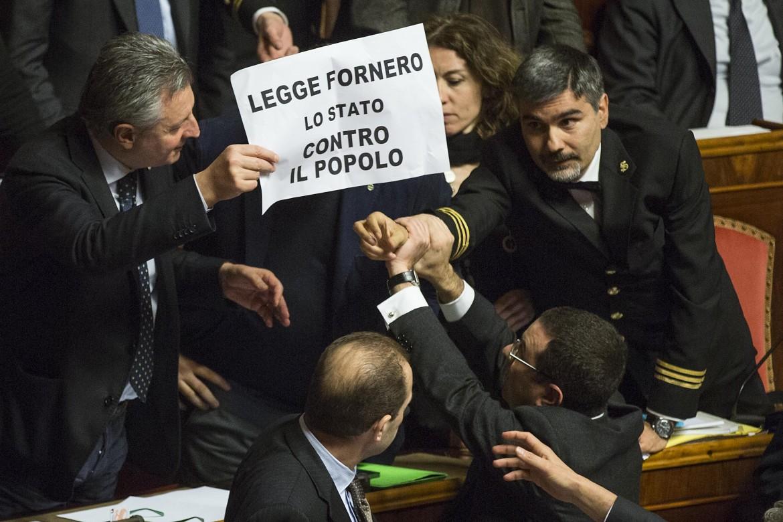 Una delle tante scene di protesta della Lega in parlamento contro la legge Fornero