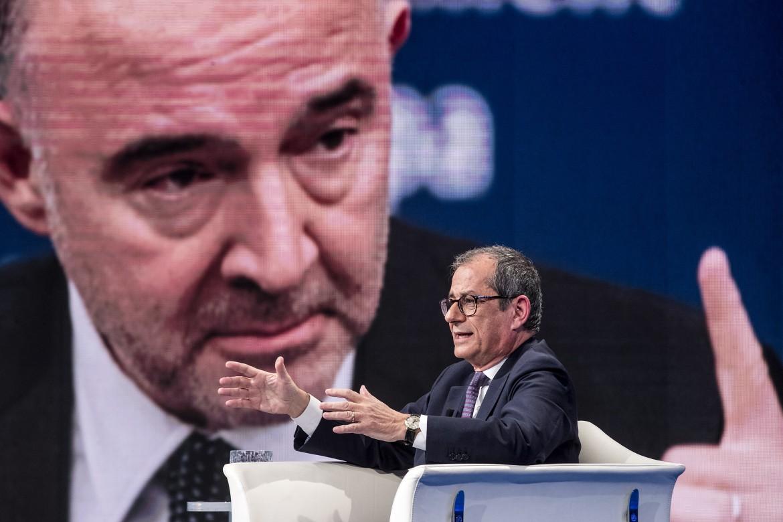 Il ministro dell'Economia Giovanni Tria e, sullo sfondo, il commissario Ue agli affari economici Pierre Moscovici