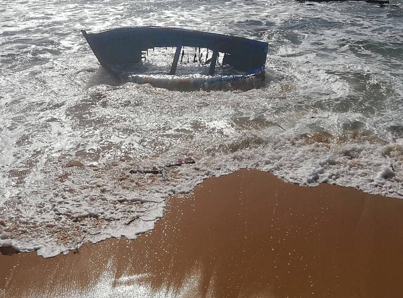 La barca ritrovata davanti alla spiaggia di Los Caños de Meca, a Cadice