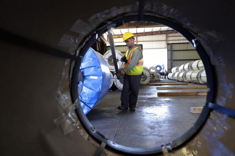 Una fabbrica che produce lamine di metallo negli Stati uniti, in Texas
