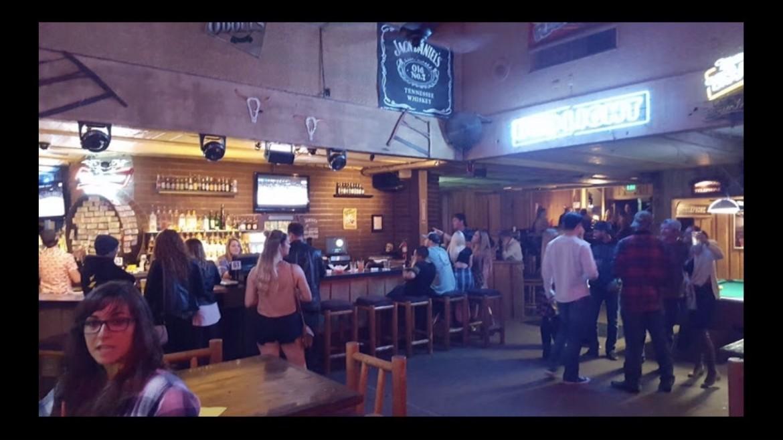 L'interno del Borderline Bar & Grill di Thousand Oaks prima dell'attacco