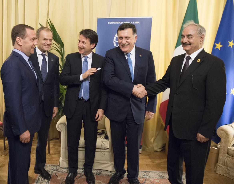 Stretta di mano tra i leader libici Haftar e Serraj a Palermo