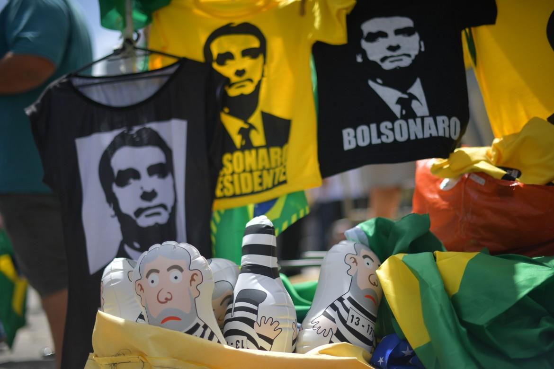 T-Shirt Bolsonaro e pupazzi di Lula galeotto, i gadget elettorali preferiti dai fan del neo presidente brasiliano