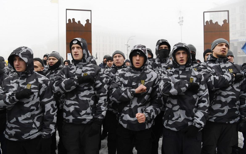 Il battaglione Azov (i neonazisti ucraini armati) in piazza ieri a Kiev