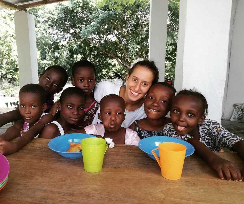 Silvia Costanza Romano con i bambini di cui si occupava a Chakama, in Kenya