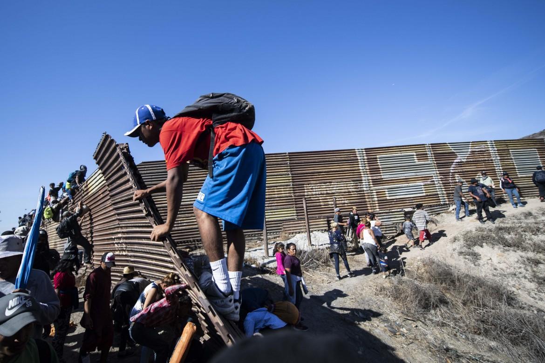 Tentativo di sfondamento della barriera metallica nei dintorni di Tijuana