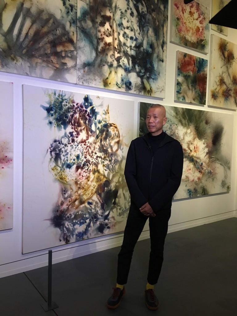 239a6ed768 L'artista Cai Guo Qiang in posa davanti le opere di «Flora Commedia»