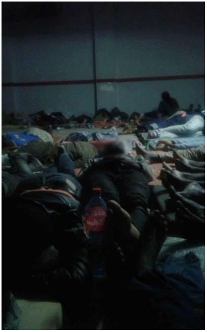 Persone ammassate nel seminterrato del commissionato di Tangeri in una foto dell'Associazione Gadem (Gruppo antirazzista di difesa di stranieri e migranti)