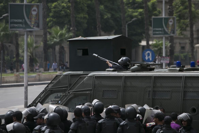 Poliziotti egiziani anti-sommossa di fronte all'ingresso dell'università del Cairo