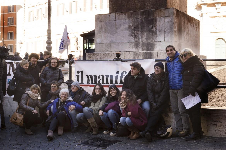 Lo striscione del manifesto alla protesta contro i tagli all'editoria di fronte alla Camera indetta da Odg e Fnsi