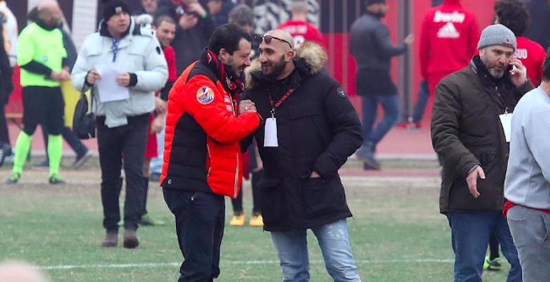 Salvini ripreso a colloquio con un capo ultras pregiudicato