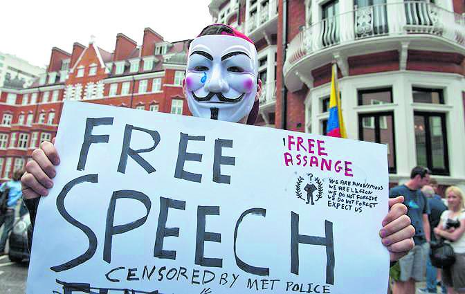 Un supporto di Julian Assange durante una manifestazione a Londra