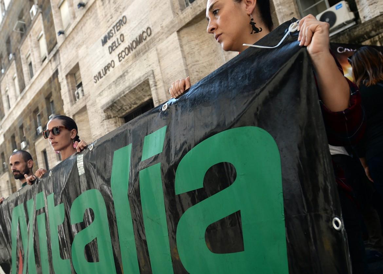 Una manifestazione della Cub Trasporti Alitalia sotto il Mise
