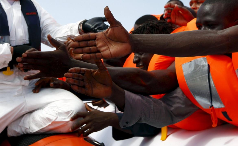 Un gruppo di migranti soccorsi al largo delle coste libiche