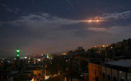 Batterie antimissili in azione nel cielo di Damasco durante lattacco notturno di Israele sulla Siria