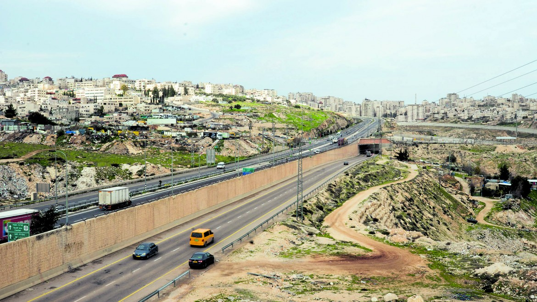 La strada «dell'apartheid», la Road 4370, divisa a metà da un muro