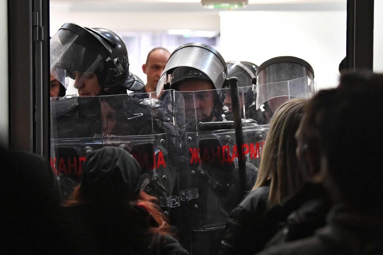 Belgrado, la polizia respinge gli occupanti della tv pubblica