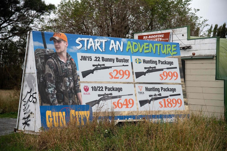 Pubblicità dello store Gun City in Nuova Zelanda; sotto la premier Jacinda Ardern e il poster incriminato