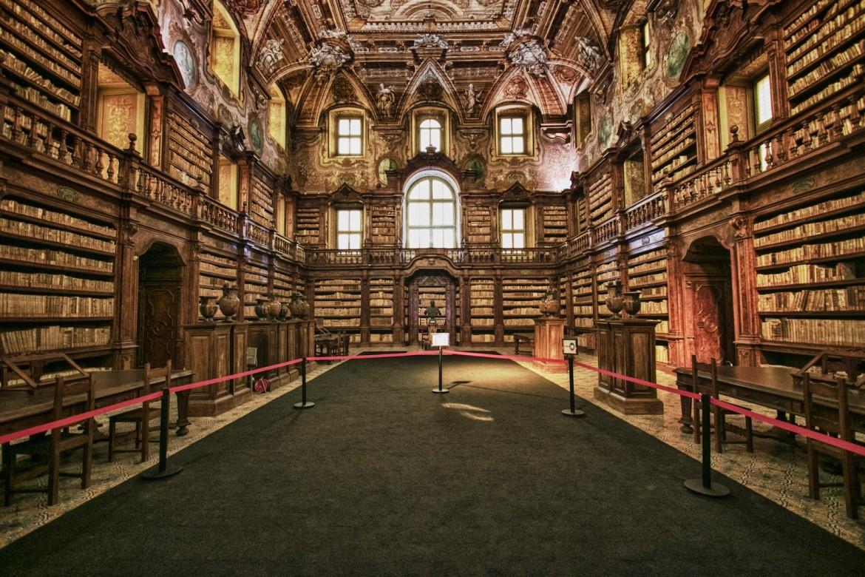 La biblioteca del complesso monumentale dei Girolamini a Napoli