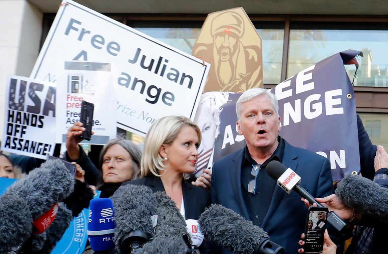 L'editor in chief di WikiLeaks Kristinn Hrafnsson (a destra) e l'avvocata Jennifer Robinson alla Westminster Magistrates Court di Londra