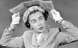 Dicembre 1950 in una pubblicit di Toronto Ontario una modella si protegge i capelli dalla pioggia riparandosi sotto un giornale