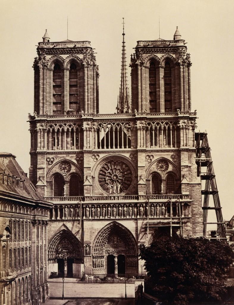 La cattedrale di Notre-Dame in una foto di Édouard Baldus, anni sessanta dell'Ottocento. Dentro il testo, Eugène Viollet-le-Duc fotografato in tre pose diverse da Félix Nadar, 1878