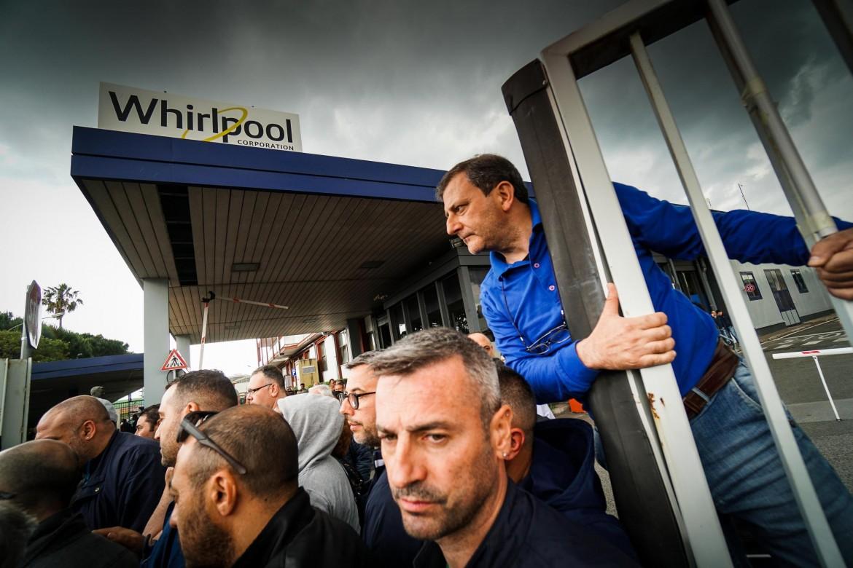 Il presidio davanti alla fabbrica dei lavoratori Whirlpool Napoli