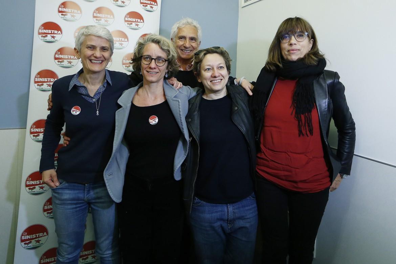 Da sinistra: Marilena Grassadonia, Eleonora Cirantm Eleonora Fiorenza, Silvia Prodi e, dietro, Corradino Mineo, tutti capolista de La Sinistra
