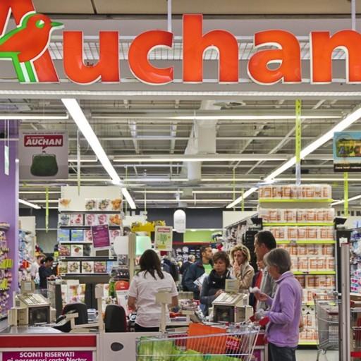 Un supermercato Auchan che ora dovrebbe passare a Conad