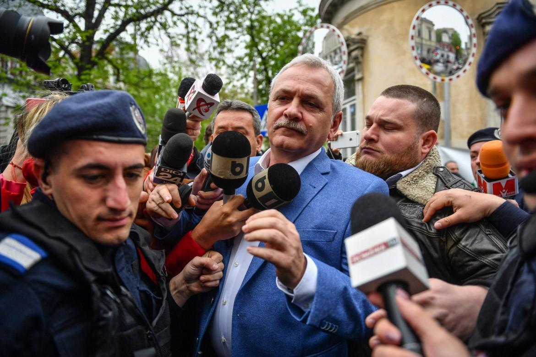 Il leader del partito socialdemocratico rumeno Liviu Dragnea esce dal tribunale