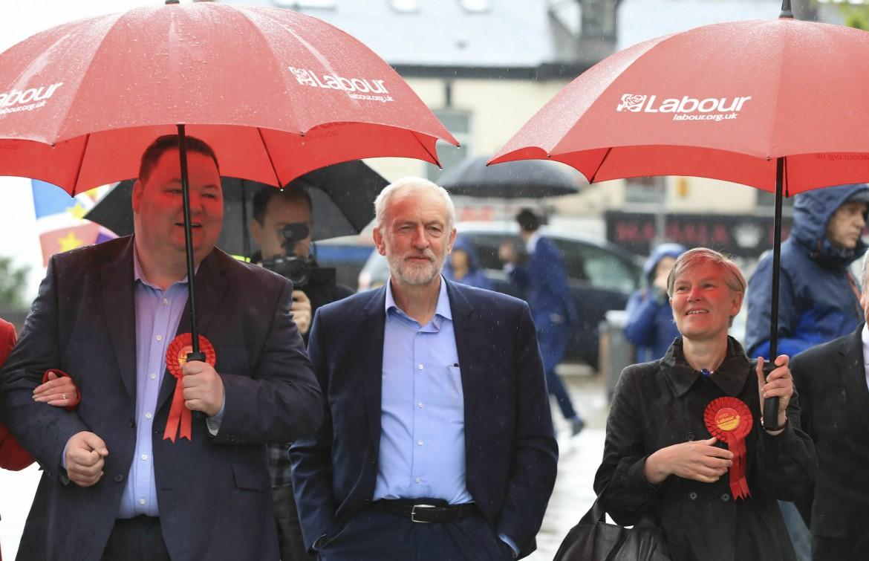 Jeremy Corbyn; in basso Theresa May al seggio di Maidenhead con il marito Philip