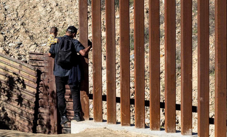 Una famiglia di migranti al confine Usa-Messico