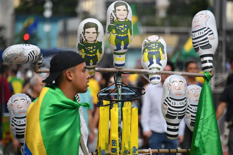 San Paolo, i fantocci di Sérgio Moro-superman e Lula-carcerato venduti alle manifestazioni della destra