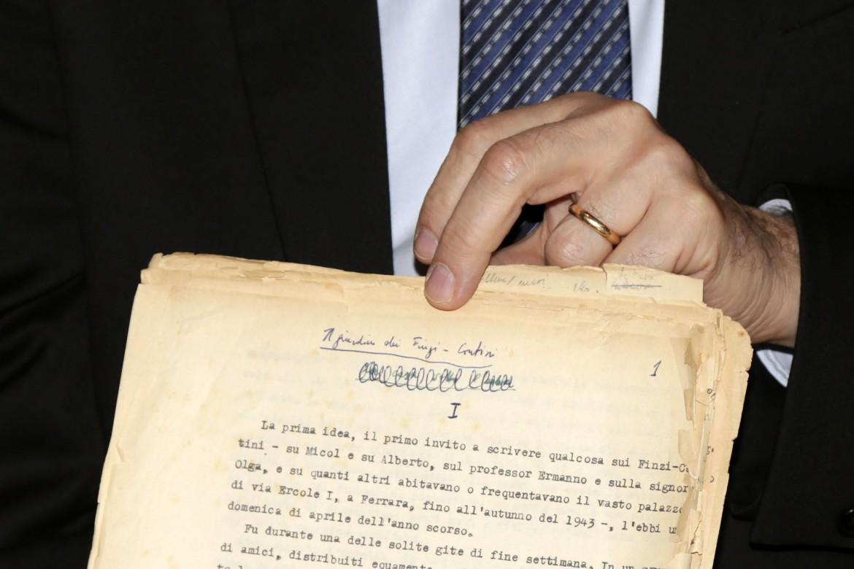 Il manoscritto originale de 'Il giardino dei Finzi Contini' di Giorgio Bassani consegnato nel 2016 al Comune di Ferrara