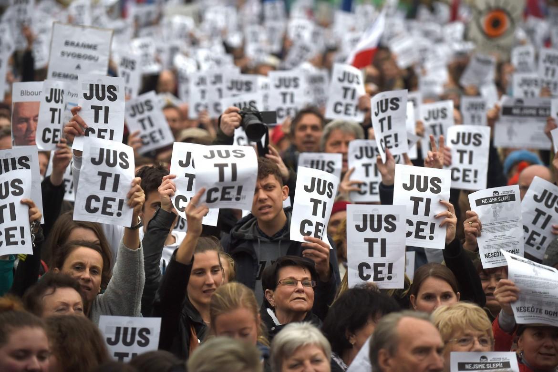 Praga, manifestazione contro  Andrej Babiš, in basso il premier ceco