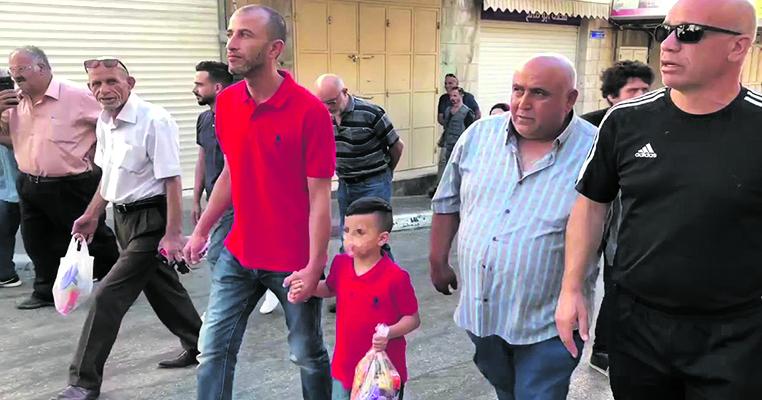 Il piccolo Mohammed Elayyan, quattro anni, accompagnato dal padre alla stazione di polizia di via Salah Edin