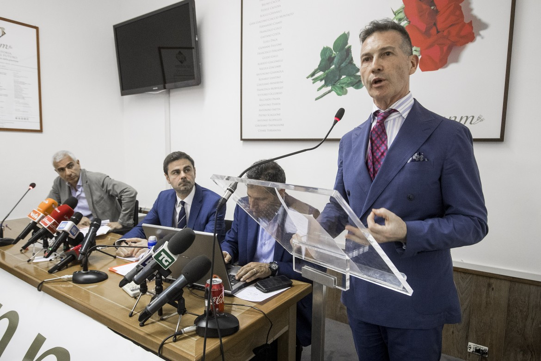 In primo piano il presidente dell'Anm Luca Poniz