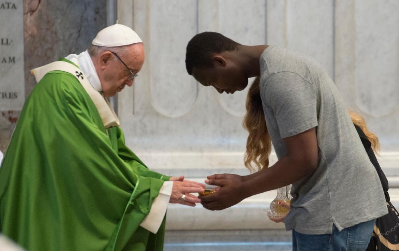 Papa Francesco e un migrante