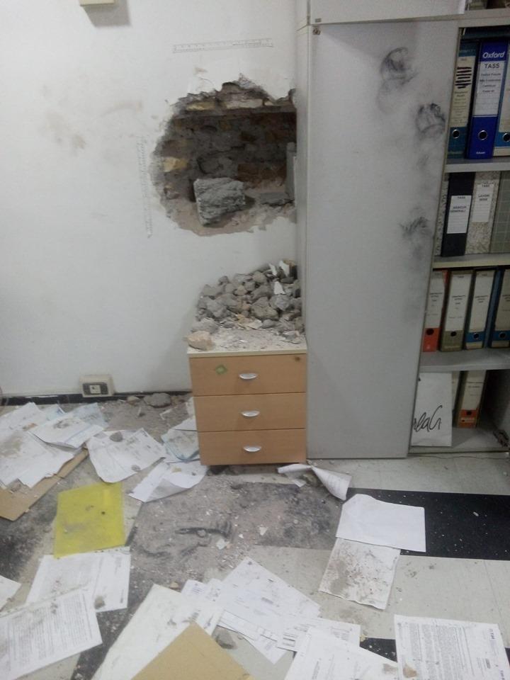 Nella sede di via di Torre Argentina, il buco lasciato dai ladri. La cassaforte era nascosta da un quadro di un'asta di oggetti di leader radicali
