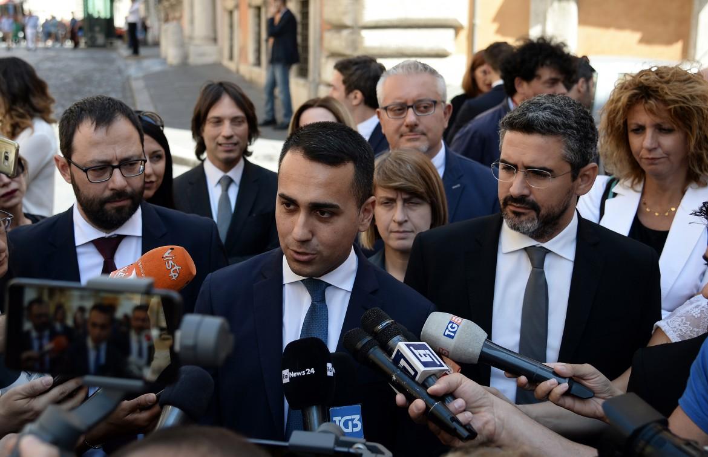 Il vicepresidente Luigi Di Maio fuori dal senato dopo il terzo sì alla riforma costituzionale che prevede il taglio dei parlamentari