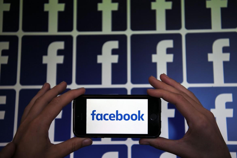 Il logo di Facebook fotografato a Nantes