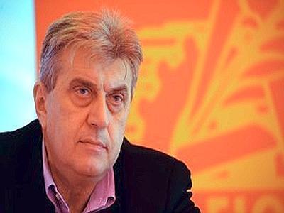 Bruno Papignani con sullo sfondo il simbolo della Fiom