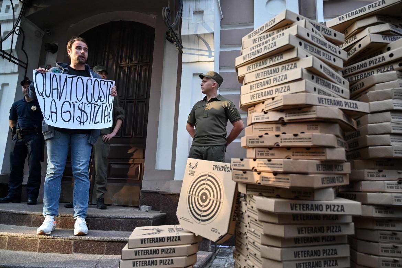 Sit-in di fronte all'ambasciata italiana a Kiev per il rilascio di Vitaly Markiv