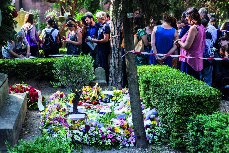 Roma, la tomba di Camilleri nel cimitero acattolico